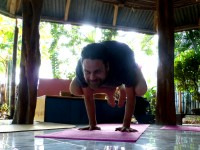 Eine der Yoga-Grundstellungen - der Kranich bzw. die Krähe